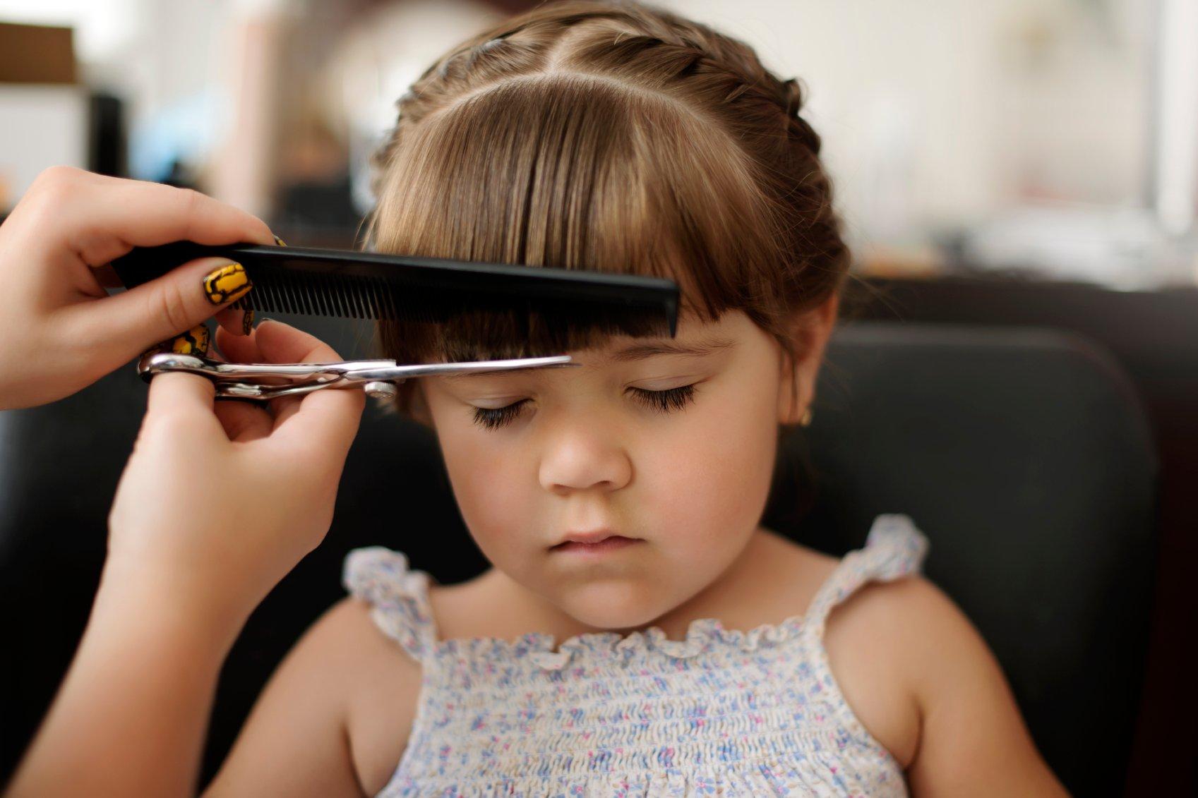 هل حلق رأسك الطفل يعزز من نمو شعره